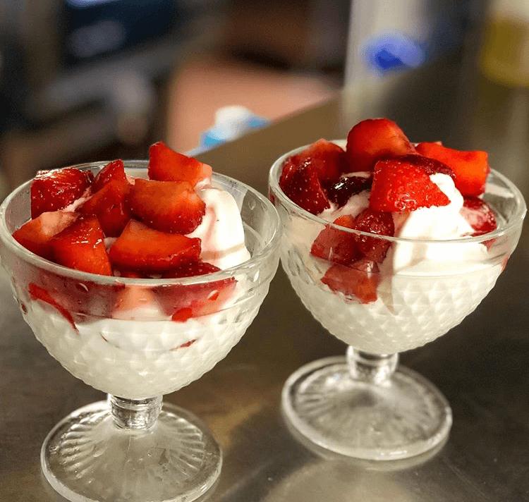 Glace fleur de lait turbinée minute aux fraises - Retrogusto - France - Nancy